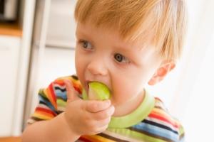 Gutt spiser eple, yaymicro