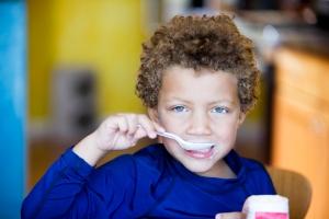 Gutt spiser yoghurt, yaymicro