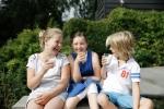 3 barn drikker melk tn178